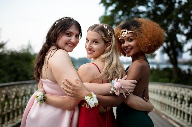 Belle giovani donne nei loro abiti da laurea