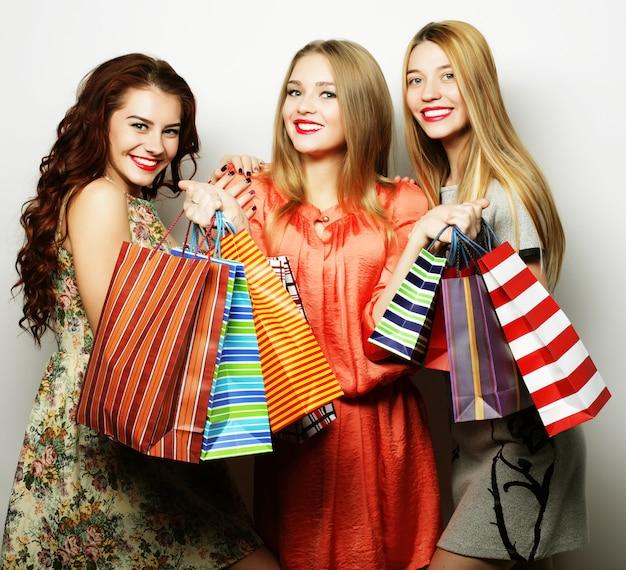 Belle giovani donne con borse della spesa