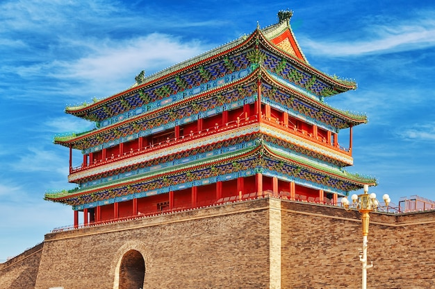 Bella porta di zhengyangmen (porta di qianmen). questa famosa porta si trova a sud di piazza tiananmen a pechino, in cina