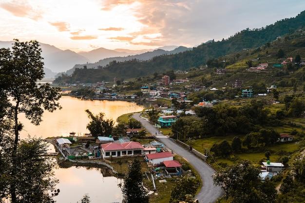 Splendida vista del paesaggio di happy village vicino alla città di pokhara e al lago pheva, nepal. viaggio nel concetto di nepal. foto d'archivio.