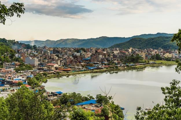 Splendida vista del paesaggio della città di pokhara e del lago pheva, nepal. viaggio nel concetto di nepal. foto d'archivio.