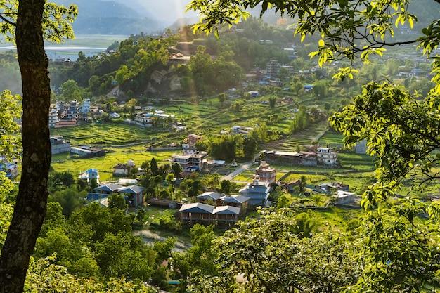 Splendida vista del paesaggio del villaggio di sedi-bagar vicino alla città di pokhara e al lago pheva, nepal. viaggio nel concetto di nepal. foto d'archivio.