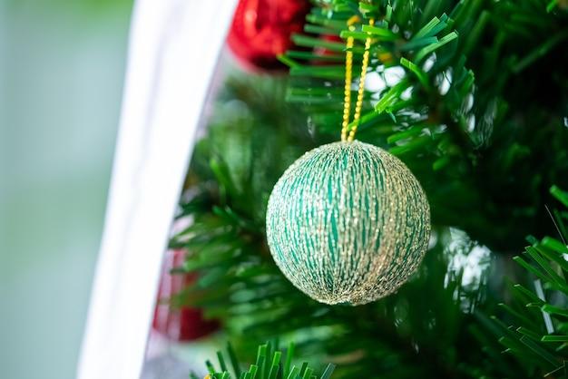 Splendidamente decorato sfondo bokeh di natale interno di casa con un albero di natale