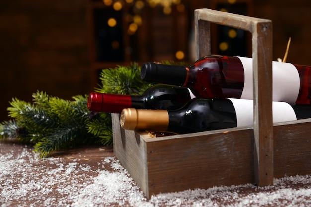 Scatola splendidamente decorata con bottiglie di vino su sfondo sfocato