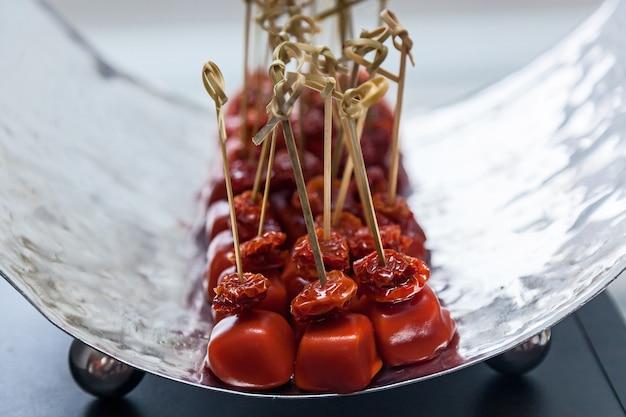 Tavolo per banchetti di catering splendidamente decorato con diversi snack e stuzzichini durante l'evento della festa di compleanno di natale aziendale o la celebrazione del matrimonio