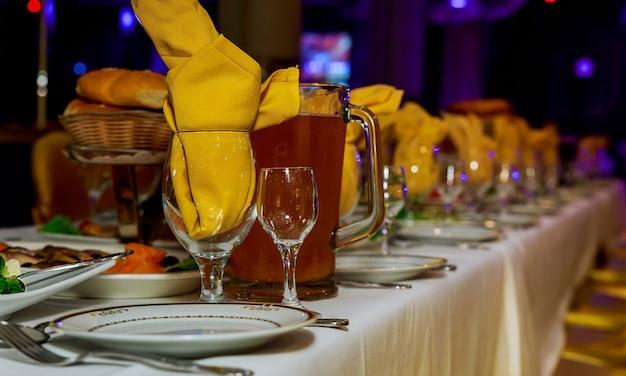 Tavolo per banchetti di catering splendidamente decorato con diversi snack e stuzzichini con sandwich, caviale, frutta fresca in occasione di feste aziendali o feste di matrimonio