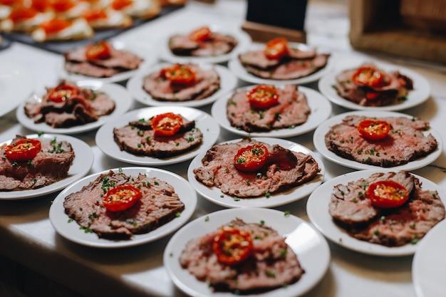 Tavolo per banchetti catering splendidamente decorato con diversi snack e antipasti con sandwich, caviale, frutta fresca.