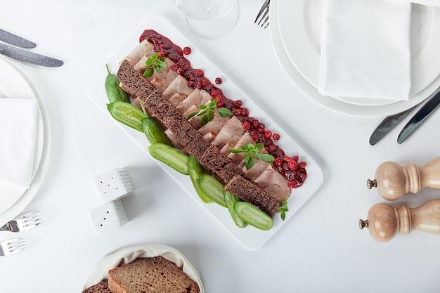 Tavolo per banchetti catering splendidamente decorato con diversi snack e stuzzichini