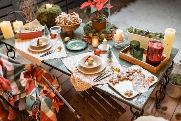 Tavolo da pranzo splendidamente decorato sulla terrazza all'aperto durante le vacanze di capodanno