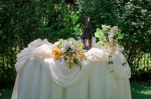 Tavolo per banchetti all'aperto splendidamente decorato in estate