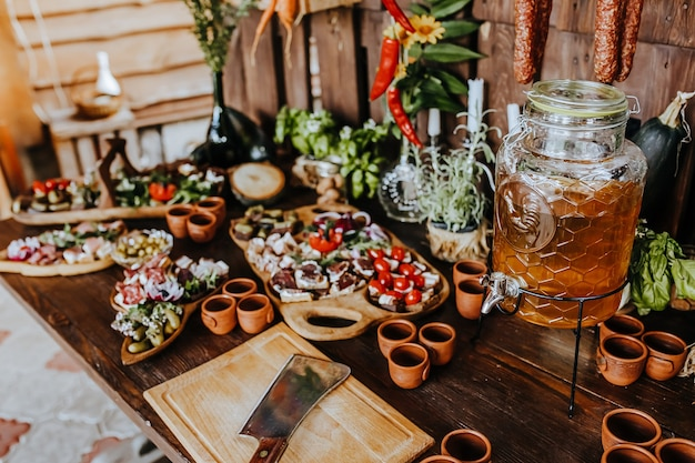 Spuntini splendidamente decorati sul tavolo del banchetto prima delle vacanze. catering cibo e bevande alla festa di nozze