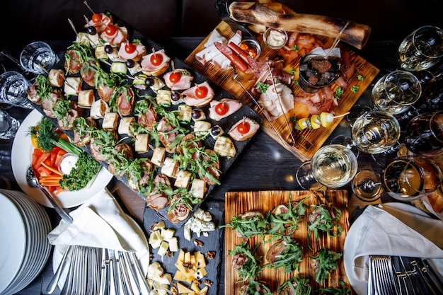 Spuntini splendidamente decorati sul tavolo del banchetto Foto Premium