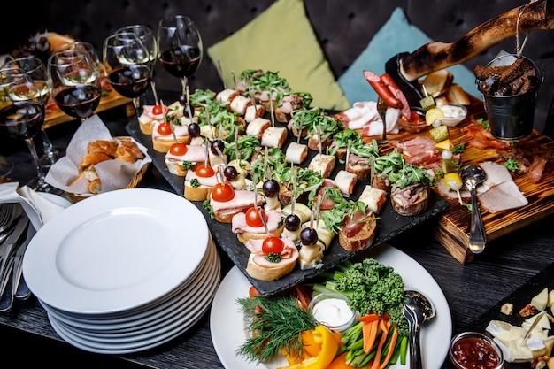 Spuntini splendidamente decorati sul tavolo del banchetto