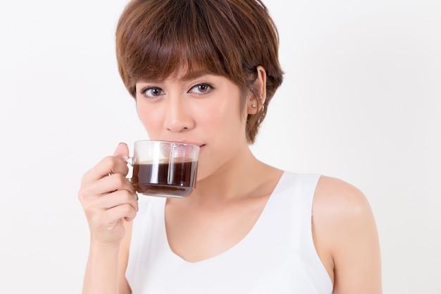 Donna di beautifulyoung asia con una tazza di caffè caldo. isolato su sfondo bianco illuminazione da studio. c
