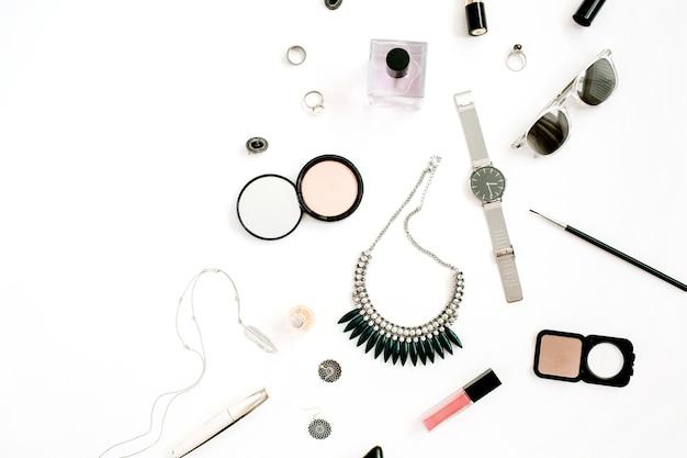 Concetto di blog di bellezza. accessori per il trucco femminile: orologi, collana, rossetto, scarpe, occhiali da sole su sfondo bianco. piatto laici, vista dall'alto sfondo femminile alla moda alla moda.
