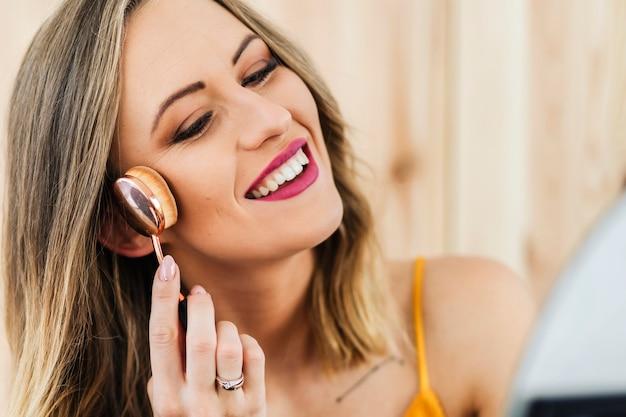 Blogger di bellezza che applica il contorno alla sua guancia
