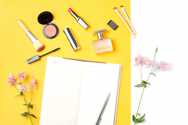 Beauty blogger oggetti distesi in piano. prodotti di bellezza ed eleganti accessori femminili sul tavolo pastello