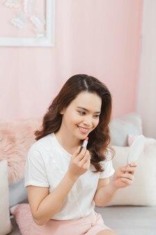 Blogger di bellezza con rossetto, video tutorial di trucco per registrare lo specchio a casa