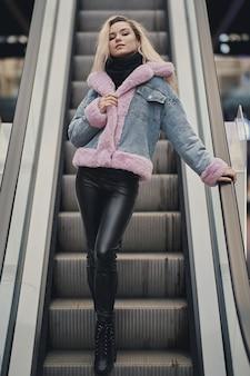 Ragazza bionda di bellezza nel centro commerciale