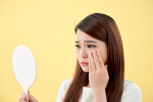 Concetto di bellezza della ragazza asiatica. cura della pelle.