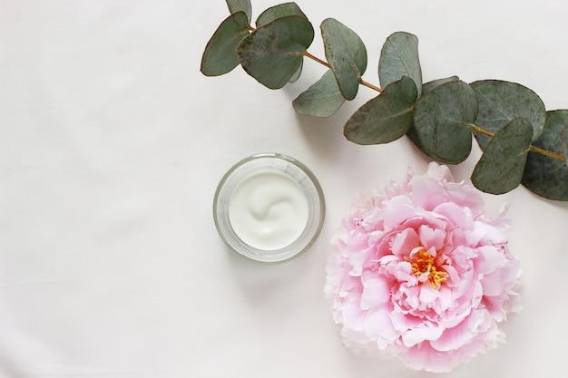 Barattolo di concetto di bellezza con crema ed eucalipto