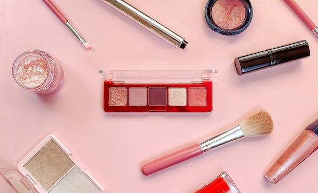 Prodotti per il trucco di concetto di bellezza su sfondo rosa tema vendite venerdì nero shopping cosmetici
