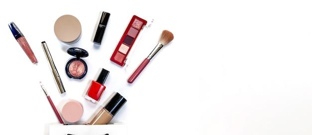 Beauty concept prodotti per il trucco ombre evidenziatore fard pennelli polvere glitter mascara glos