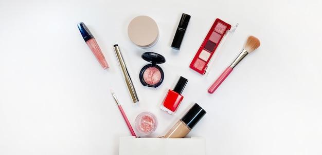 Beauty concept prodotti per il trucco ombre evidenziatore fard pennelli polvere glitter mascara