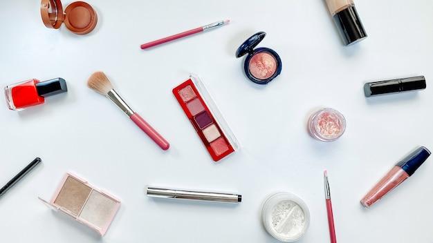 Prodotti per il trucco di concetto di bellezza su sfondo bianco tema vendite venerdì nero shopping cosmetici