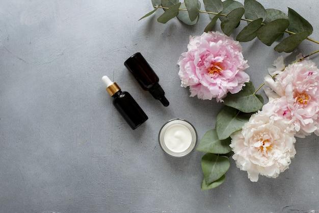 Siero beauty concept e vasetto con crema ed eucalipto
