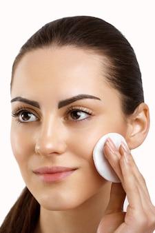 Bellezza viso bella donna con trucco naturale cura della pelle