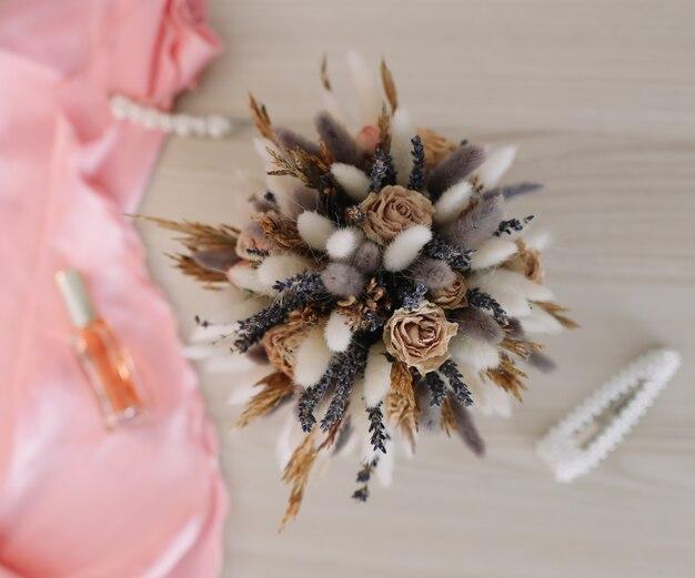 Beauty fashion blog concept accessori e fiori femminili alla moda feminine