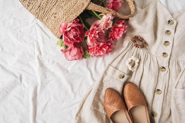 Collage di moda di bellezza con abiti da donna e accessori su lino bianco.