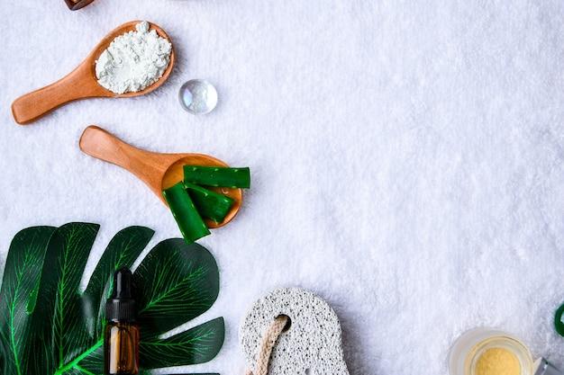 Concetto di bellezza e moda con set spa e foglie di palma. disposizione cosmetica verde a base di erbe bio. spazio della copia del telaio. prodotti per la cura personale alla moda. concetto organico.