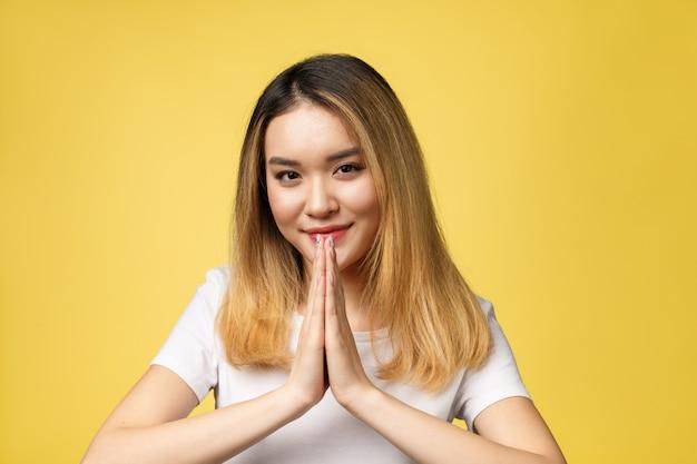 Bellezza moda guarda lo stile in sfondo giallo in studio lighting, ciao sawadee
