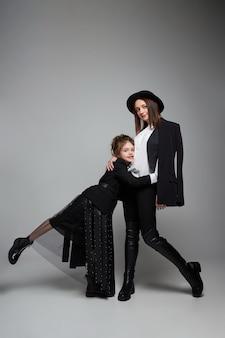 Mamma e figlia di moda di bellezza. servizio fotografico di famiglia, gioia ed emozioni divertenti. abbraccio donna e ragazza