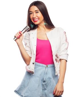 Ritratto della ragazza del cantante di fascino di bellezza. isolato su sfondo bianco.