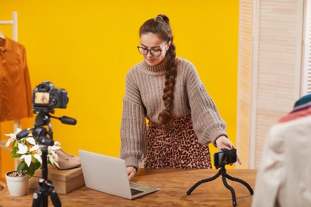 Influencer di bellezza installazione di telecamere