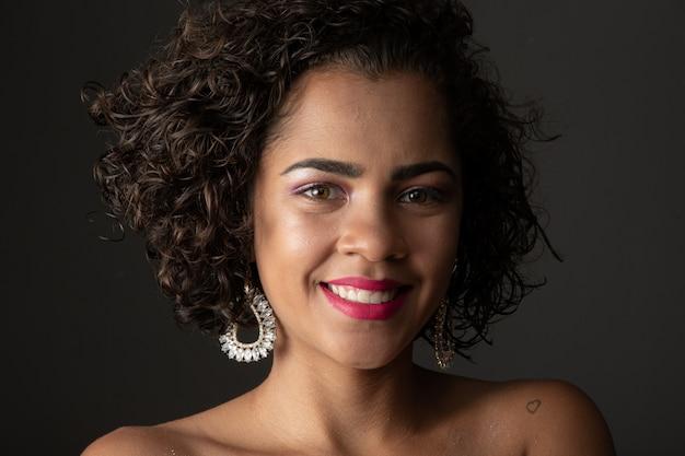 Ritratto di bellezza della donna afro-americana con trucco acconciatura afro e glamour