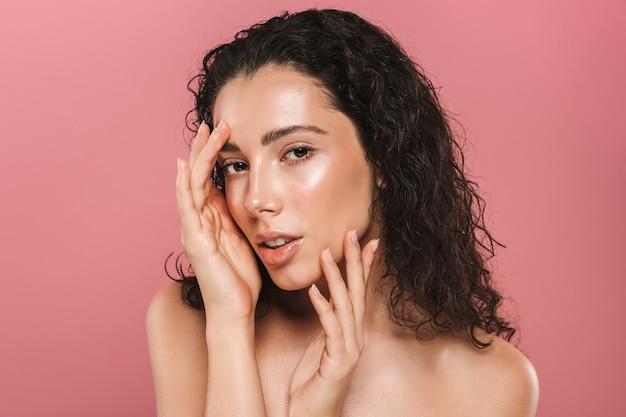 Ritratto di bellezza di una giovane donna attraente in topless