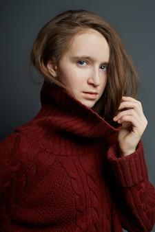 Ritratto di bellezza di una bella ragazza su uno sfondo scuro. cosmetici per adolescenti, trattamento dell'acne