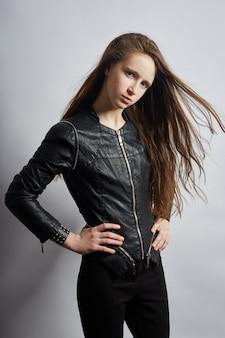Ritratto di bellezza di una bella ragazza su una parete scura. cosmetici per adolescenti, trattamento dell'acne