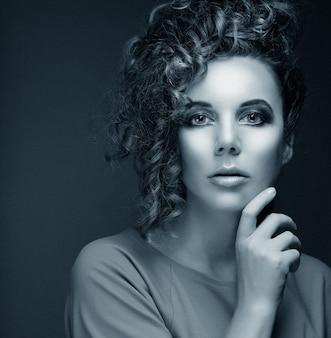 Ritratto di bellezza. acconciatura. immagine in bianco e nero.