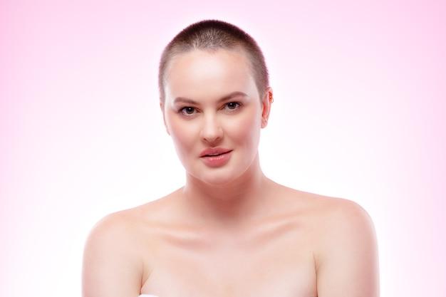 Ritratto di bellezza di una bella giovane donna sorridente con una pelle perfetta