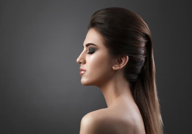 Ritratto di bellezza di giovane donna fresca di moda