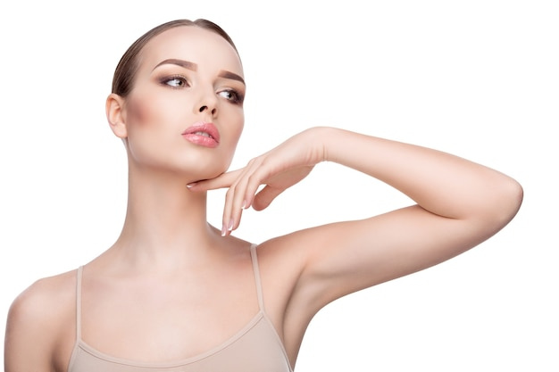Ritratto di bellezza di giovane donna con pelle fresca pulita perfetta vicino isolato