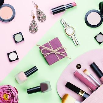 Prodotti di bellezza e accessori moda piatti giacciono su sfondo pastello