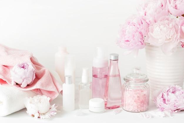 Prodotti di bellezza con fiori di peonia