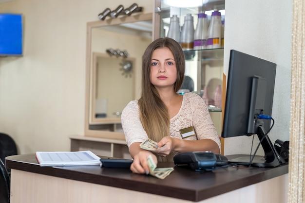 L'amministratore del salone di bellezza regala dollari