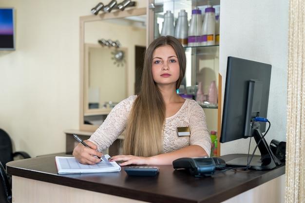 L'amministratore del salone di bellezza sta registrando i clienti